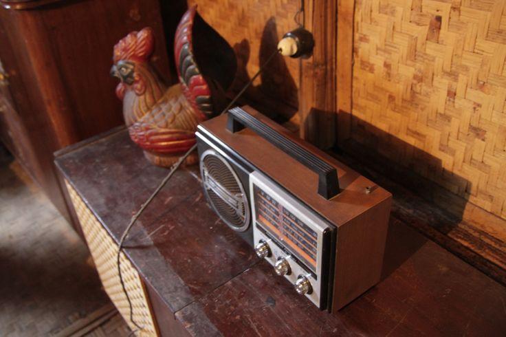 Radio kuno dan celengan ayam