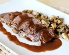 Rôti de biche aux airelles et champignons sauvages facile (rapide) - Une recette CuisineAZ