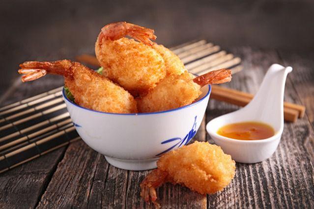 Beignets de crevettes.  Réalisez une pâte en mélangeant les oeufs, la farine, le lait, le sel, la levure et un peu d'huile. Trempez vos crevettes décortiquées en ayant pris soin de laisser l'extrémité de la queue et faites frire dans une huile bien chaude.
