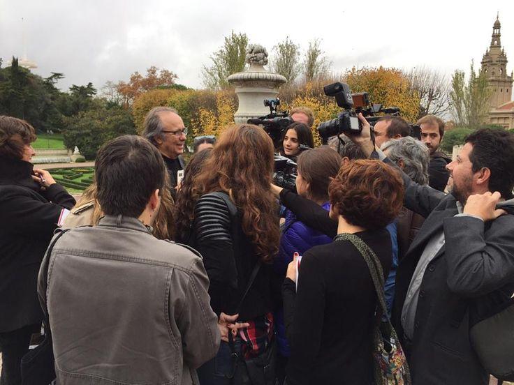 Serrat rodeado de cámaras y periodistas... cortesía jmserrat.