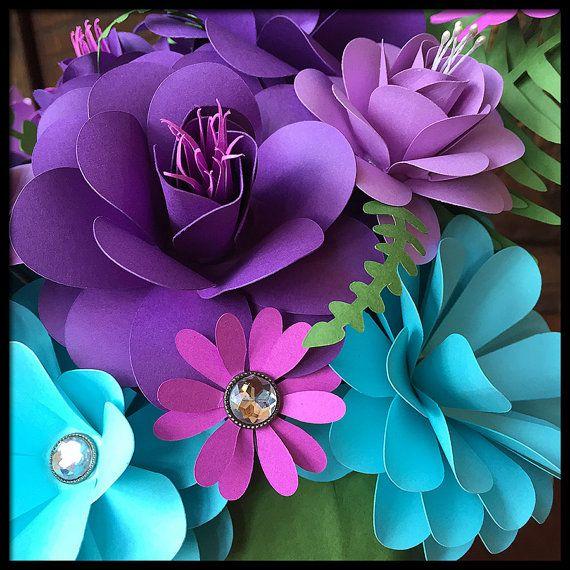 Este arreglo de flores de papel hecho a mano 10 pulgadas de alto y 8 pulgadas de ancho. Cuenta con un total de 14 rosas y flores. Este ramo sería hacer una pieza central de boda maravillosa, regalo de cumpleaños, regalo de inauguración de la casa y es también una excelente opción como un arreglo de flores padeciendo como pacientes del hospital a menudo no pueden tener flores frescas en su habitación. Flores de papel también son alérgenos! Mis flores son hechas a mano por mí en mi estudio sin…