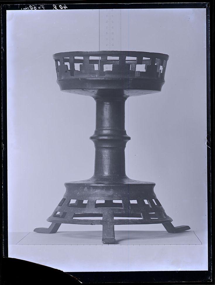 Als gelernter Graveur und Absolvent der Kunstgewerbeschule wird Wilhelm Weimar 1883 als erster Museumsmitarbeiter am MKG angestellt. Er erfasst die Sammlungsobjekte zunächst zeichnerisch, ab Ende der 1890er Jahre fotografisch. Das Handwerk der Fotografie eignet er sich autodidaktisch an. Insgesamt nimmt Weimar von 1897 bis 1915 rund 1700 Motive auf, wobei diese für Publikationen und zur internen Dokumentation angefertigt werden und heute Teil der Sammlung Fotografie und Neue Medien sind…