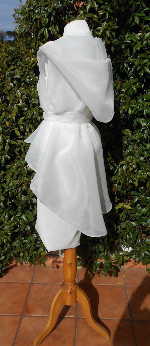Abito da sposa a tubino in crepè di seta con di BIELLESTYLE #BIELLESTYLE #weddingcape #organzacape #whitecape #whiteorganzacape #weddingcloack #OOAK