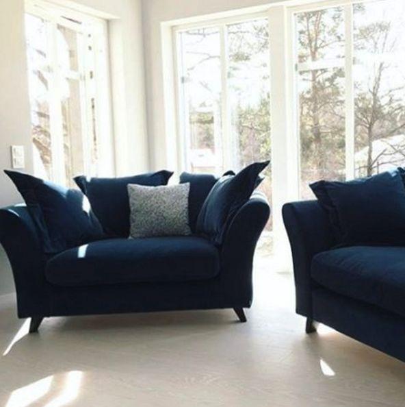 Blå Delfinen sammetsfåtölj. Sammet, fåtölj, loveseat, rymlig, stor, djup, möbler, inredning, möbel, vardagsrum, dun.