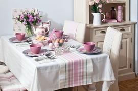 Szaro-różowa dekoracja stołu na Wielkanoc