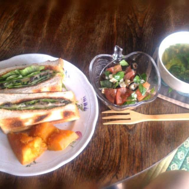 バジルと紫蘇を摘んで来たので! - 9件のもぐもぐ - レタスとハムとチーズとオリーブと干し葡萄と紫蘇のサンドイッチとトマトとカマンベールチーズとオリーブとバジルのサラダとセロリと挽肉と鹿尾菜のスープ by トキロック