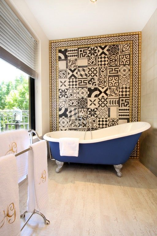, Hotel de Gantes / Aix-en-Provence.......love the claw foot tub!!! Reminds me of my gramma's house!