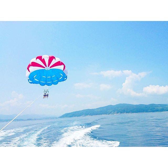 【mampam28】さんのInstagramをピンしています。 《. 空とんだ!!夢かなった✨!!! . #淡路島 #パラセーリング #空中散歩 #空 #あおぞら #海 #どこまでも海 #ふたりじめ . そんあとは水あそび〜〜 . #大浜海水浴場 #スイカ の #うきわ #おきにいり #🍉 #とまらない #日焼け #👙 . 空から海みおろして、海から空みあげた👏 1日でーとってやっぱすごくいい》