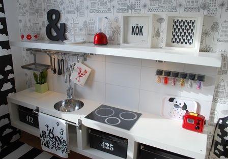 Küche aus kleinen Expedit regalen/würfeln/Tischen und wandregalen