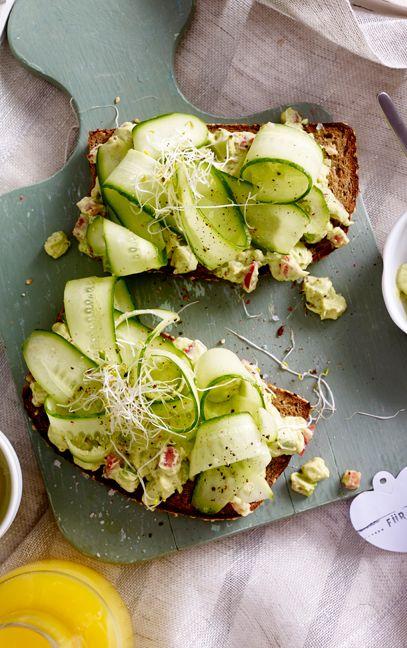 In der Avocadocreme auf Vollkornbrot stecken reichlich ungesättigte Fettsäuren - perfekt für einen guten Start in den Tag!