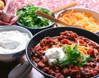 """Børnevenlig """"Chili"""" Con Carne toppet med creme fraiche, revet cheddar ost og måske lidt persille til dem, der ikke er bange for det grønne."""