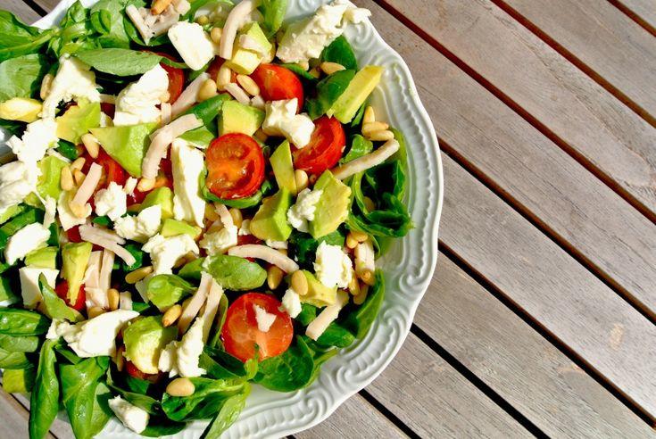 Gezonde salade met veldsla, gerookte kip en mozzarella - Lekker en Simpel