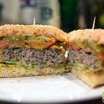 Selbstgemachter Burger (Bun, Patty und Mayo)