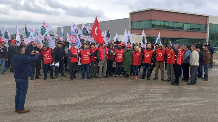 UGT FICA se solidariza con la lucha de los trabajadores de la empresa turca NSK, del Grupo Roca El secretario sectorial de Construcción y Materiales de Construcción de UGT FICA, Juan Carlos Barrero, participa en las protestas de los trabajadores turcos. Birleşik Metal-İş Más información: http://mcaugt.org/noticia.php?cn=25465 __________________________________________________ FICA UGT takes Turkish workers' struggle up of the workers NSK / Roca Group The sectoral Secretary of Construction