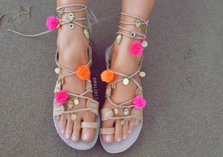Pom Pom Sandalen in allen möglichen Farben geben jedem Outfit die nötige sommerliche Frische. Die bunten Bommeln und die vielen Details werten die sonst eher tristen Ledersandalen um einiges auf. Diese Schuhe sind Sommer pur! Bommel-Sandalen / Bohostyle / Hippiefashion / Summershoes #shoefashion #pompomsandalen #summershoes #hippieshoes | Stylefeed