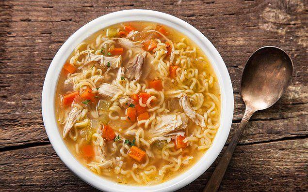 Kat kat giyindiğimiz şu kış günlerini ısıtan şehriyeli havuçlu tavuk çorbası ile gündemimizi açıyoruz.