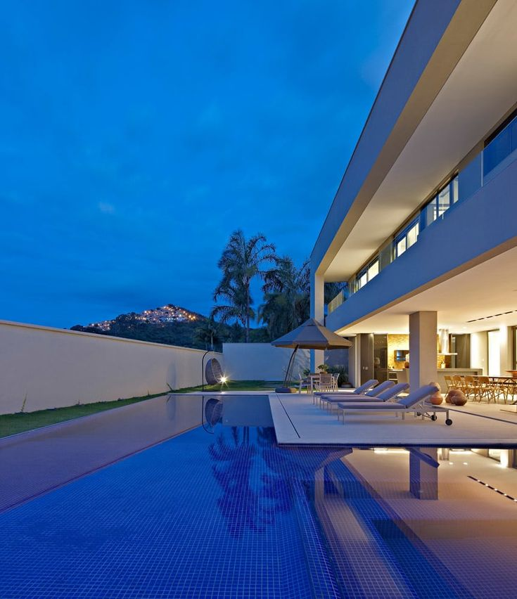 House at the Hunters Club -BH: Piscinas por Lanza Architects   – Biệt thự