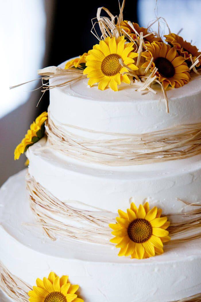 Moderne Hochzeitstorte mit Sonnenblume. Hier findet ihr viele tolle Ideen und kreative Beispiele für eure perfekte Hochzeitstorte - Inspiration pur!