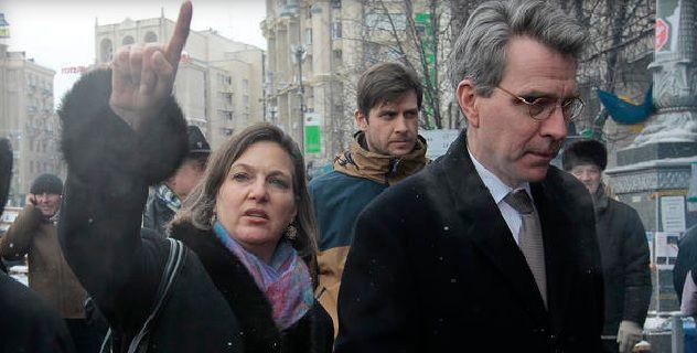"""""""En la última debacle del Departamento de Estado de EE.UU. y el Gobierno de Obama, la secretaria de Estado adjunta Victoria Nuland fue grabada en cinta dirigiendo en detalle las estrategias del partido opositor de Ucrania con el embajador de EE.UU. en Ucrania, Geoffrey Pyatt. Ya no se puede negar que la operación de cambio de régimen en Ucrania está siendo dirigida en cierto grado desde Washington… La conversación grabada demuestra en claro detalle que mientras el secretario de Estado John…"""