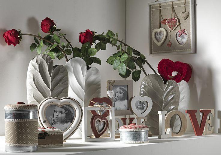 Linea ceramiche, fiori artificiali, oggetti per S.Valentino e festa della mamma.