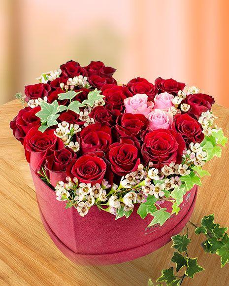 Aranjament in forma de inima cu trandafiri rosii, roz si iedera. Perfect pentru a fi oferit persoanei iubite.