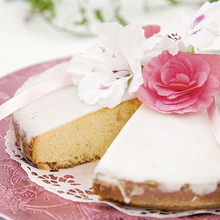 Gör den klassiska mazarinen i tårtform. En kaka som faller de flesta i saken.