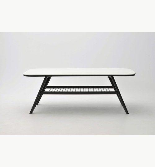 Strict soffbord i färg vit/svart. För detta bordet har man lagt ner tid på detaljer. Detaljer så som den vita och svarta bordsskivan där man fört samman färgerna och det bildats som en kantlist av den vita färgen. Det svarta och vita i underhyllan som är tillverkad av metalltrådar. Allt detta får Strict soffbord att bli något helt eget. #azdesign #soffbord #bord