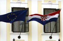 Una bandera croata y otra de la Unión Europea ondean en un edificio del gobierno en Zagreb, la capital de Croacia