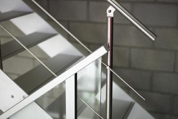 Garde-corps ou rambarde en alu et verre très design comme accessoire sur votre escalier AVC!