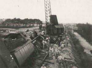 verzetslieden pleegde aanslagen op de Duitsers. hier is te zien dat ze een aanslag hebben gepleegd op een trein van de Duitsers.