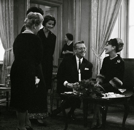 Die Thailändische Königin Sirikit bei einer Modeschau von Fred Adlmüller. Photographie. 1964.