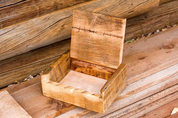La caja está hecha de barnwood rústica recuperada de un rancho de ganado de trabajo en Oregon central. Esto es una caja de tapa de tabla, la tapa es abatible con madera dowells y un bronc bucking es madera quemada en la tapa.  Tamaño: Dimensiones exteriores: 8.25 x 10 x 3.25 Interior dimensiones: 6 x 8.75 x 2