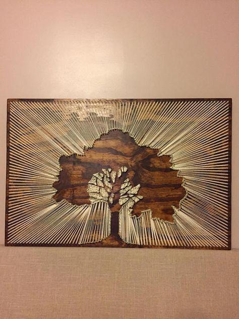 BESCHREIBUNG Dies ist ein negatives Motivbild eines großen, schönen Baumes mit