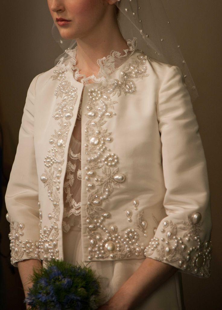 The pearl detailing! OSCAR DE LA RENTA BRIDAL 2013 - #Vestidos de #novia colección 2013 http://bodasnovias.com/disenadores-de-vestidos-de-novia-oscar-de-la-renta/2906/