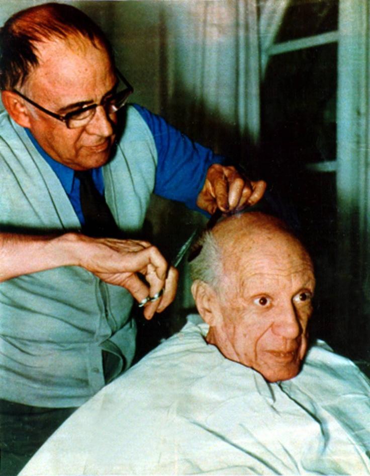 PABLO PICASSO | bij zijn kapper. Eugenio Arias knipte 26 jaar lang het haar van de kunstschilder en wilde nooit geld aannemen van de artiest. Picasso betaalde hem daarom met kunst. Deze foto is in 1960 genomen in de kapsalon in Villauris (Frankrijk).  (AP Photo/Eugenio Arias Collection)