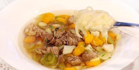 Ferskt kjøtt og suppe - Dette er klassikeren over alle klassikere. Når kjøttet koker så lenge som i denne retten må det bli godt! Den sur-søte løksausen er også et møst.