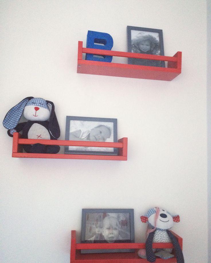 Ikea kruidenrekje bekvam Ikea Hack kinderkamer jongenskamer rode slaapkamer kinderkamer styling rood stoere jongens brandweer