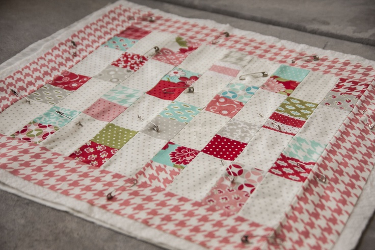 dolly quilt: 1 2 Squares, Crafts Ideas, Minis Quilts, Sewing Quilts, Dolly Quilts, Charms Minis, Quilts Ideas, Minis Charms, Quilts Projects