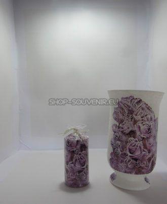 Vaza din sticla este decorata manual, prin tehnica decorativa a servetelului. Este rezistenta la apa, astfel încât nu serveste doar ca decor ci pote fi întrebuințata. Inaltimea de 30 cm. La cerinta clientului se pot realiza cu alte modele florale sau cu motive traditionale.