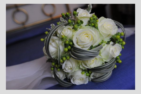 IL #GALATEO DEI #FIORI #NOZZE D'ARGENTO  Qualsiasi specie di fiori, nei diversi colori, sono adatti a questa circostanza; l'importante è che il mazzo venga confezionato con un nastro color argento nel caso di nozze d'argento e con un nastro dorato nel caso di nozze d'oro, per ricordare con gioia un anniversario importante.