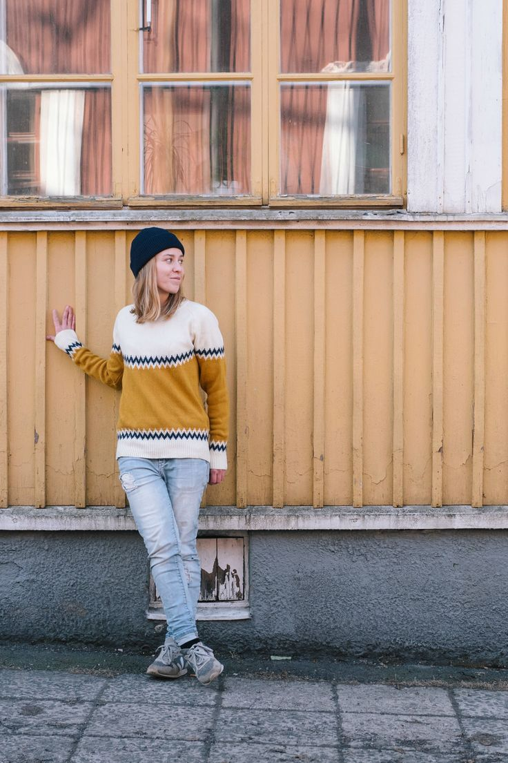 Urban Casual Spring outfit for Women. Wool Jumper Wool Beanie look in yellow, blue and white.