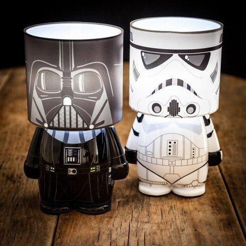 Die imperiale Star Wars-Streitmacht auf dem Nachttisch. Die Darth Vader LED Lampe ist ein tolles Geschenk für Star Wars Fans. Passt auf den Nachttisch, ins Kinderzimmer oder den Bürotisch. Die Sith Lord Lampe.