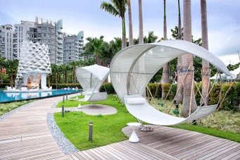 Il resort W Singapore – Sentosa Cove sceglie Royal Botania per l'outdoor    Foto: le magnifiche amache Wave di Royal Botania, disposte lungo ampi percorsi di camminamento interamente rivestiti di teak, in mezzo al prato che li costeggia, a ridosso di un filare di alte palme    Photo: the beautiful hammocks Wave Royal Botania, arranged along wide teak passageways, in the meadow alongside them, behind a row of tall palm trees