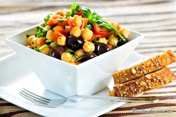 Aprende a preparar ensalada de granos con esta rica y fácil receta. Esta ensalada de granos mixtos es ideal para servir como acompañamiento de cualquier carne o...