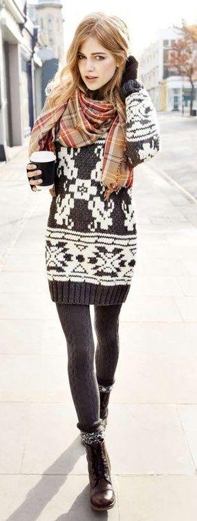 Suéter vestido, mallas y botas.