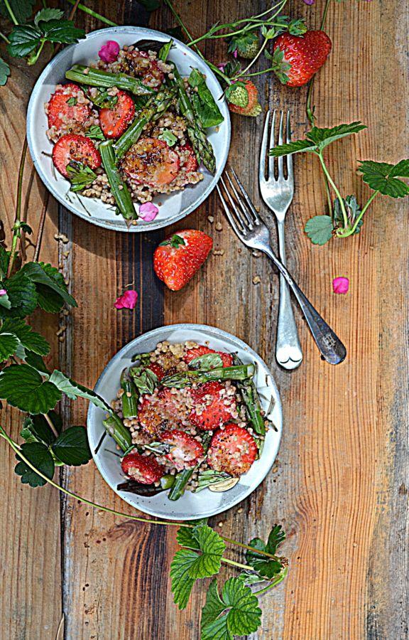 Sałatka z truskawek, szaparagów i maftoul