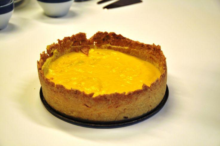 Sannsynligvis verdens beste Citron-Kage… Den er gullende gul! Er det ikke akkurat det vi behøver her i årets mørkeste dager, en kake som både ser ut som og smaker av SOL? Hver dag bringer mer lys enn sin forgjenger, og i nord svinner mørketida...