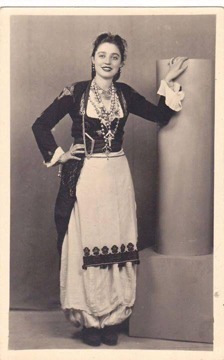 Κρητικοπούλα με παραδοσιακή φορεσιά