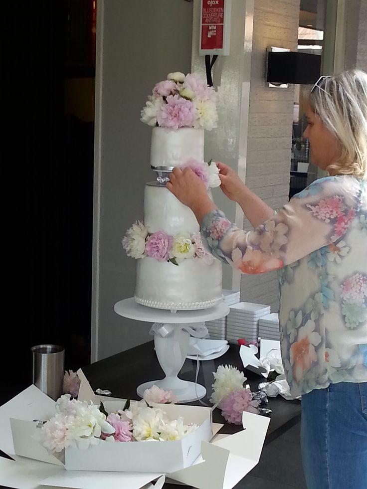 Finishing wedding cake