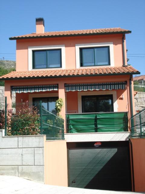 Trabajos de pintura de resina de silicona en fachadas vivienda unifamiliar en Mos (Pontevedra) sobre enfoscado de cemento. Así dejamos la obra. Año 2007